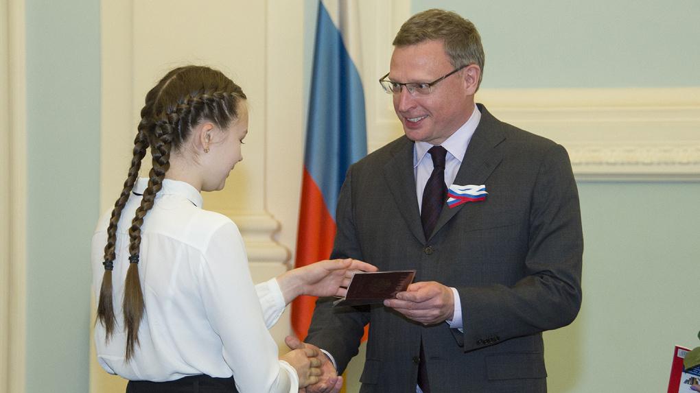 Бурков раздал паспорта отличившимся омским школьникам