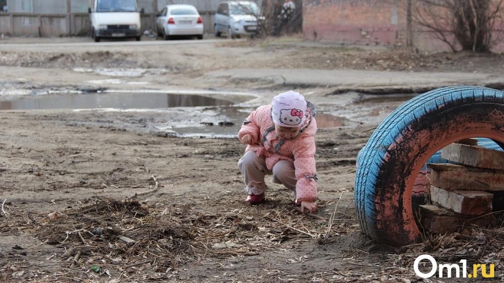 «Перелезла через дырку в заборе и ушла». 3-летняя омичка пропала из детского сада