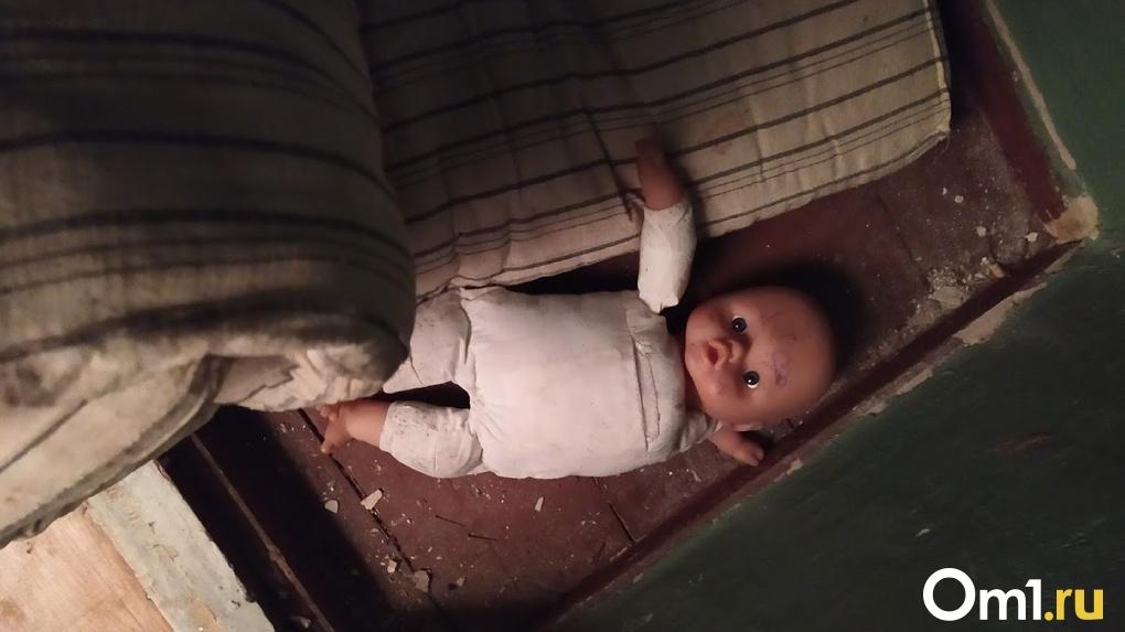 Омского педофила, который напал на 6-летнюю девочку в подъезде, признали психически невменяемым
