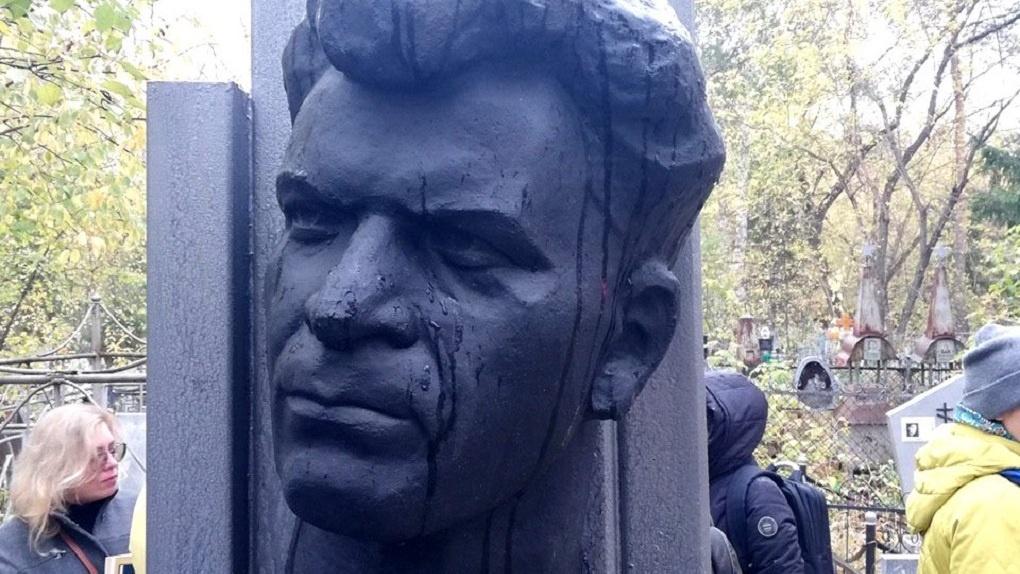 В Омске отреставрировали памятник известного поэта Тимофея Белозёрова