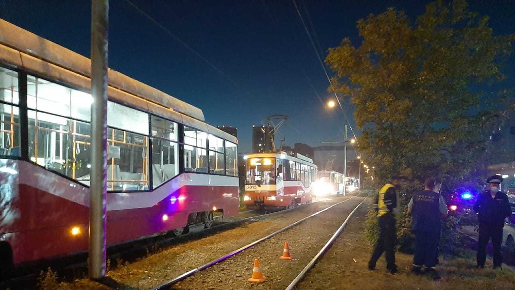 «Лежал на рельсах»: в Новосибирске трамвай разрубил мужчину