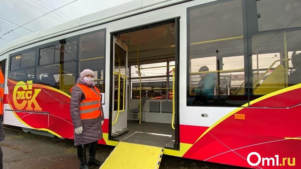 На конечных трамвайных остановках Омска заасфальтировали дорожки