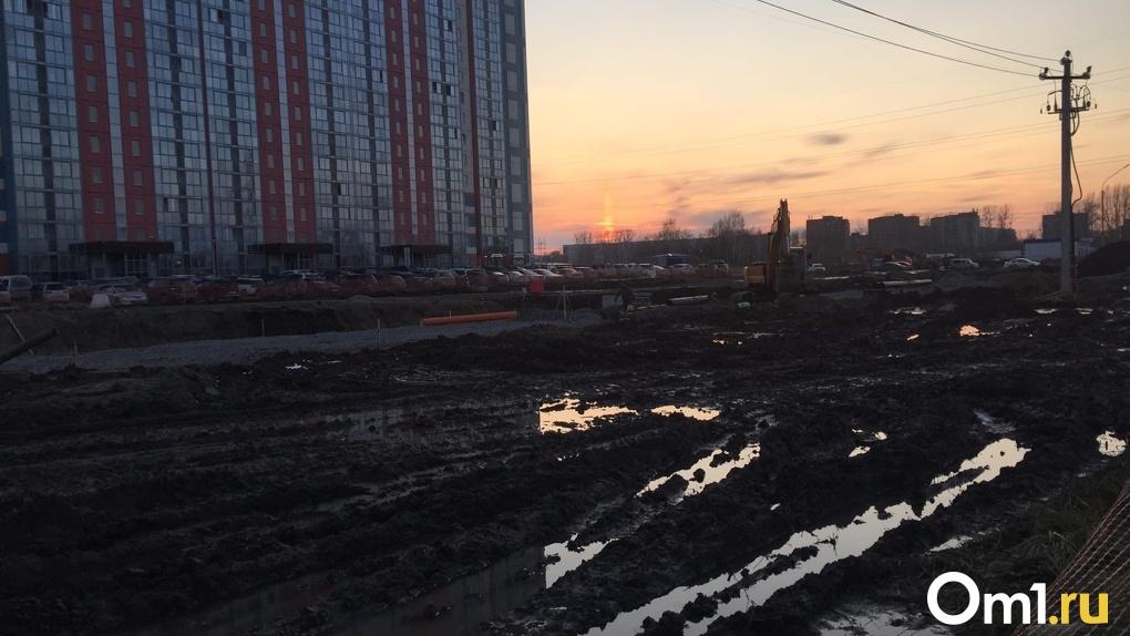 «Грязи по колено и адские пробки»: расширение дороги на улице Петухова омрачило жизнь новосибирцам