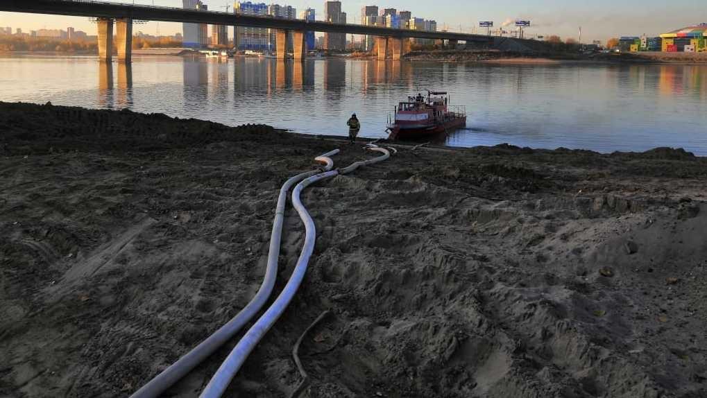 В Новосибирске ликвидировали крупный пожар с помощью катера