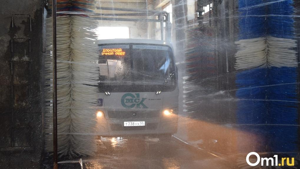 450 литров дихлора в день: на пассажирском предприятии Омска показали, как дезинфицируют автобусы