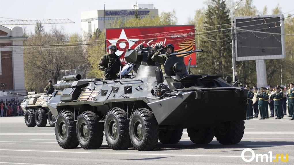 Крики военных, тысячи горожан и боевая техника: яркий фоторепортаж Парада Победы в Новосибирске
