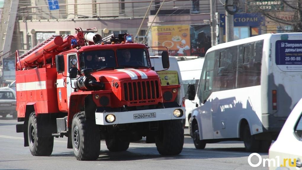В Омске во время пожара в многоквартирном доме взорвался газ. Есть жертвы (видео)