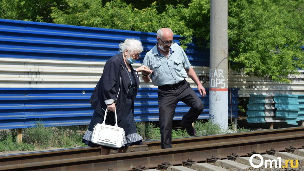 Попадают под поезда ежегодно. Омичи ходят на работу, в школы и в парк через «голые» рельсы