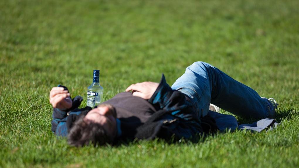 Омичи в самоизоляции не пришли к согласию относительно того, стоит ли запрещать продажу алкоголя