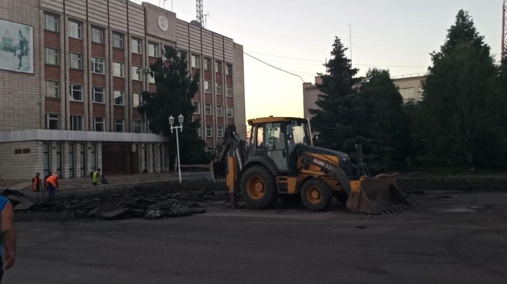 В Таре матерящиеся строители сломали главную площадь