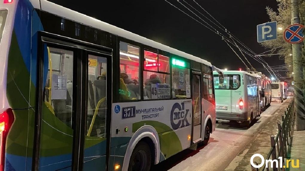 В новогоднюю ночь омичей будут развозить по домам на общественном транспорте