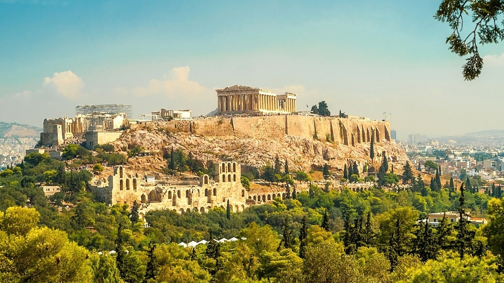 С банковской карты, находящейся в Омске, списали деньги мошенники из Греции