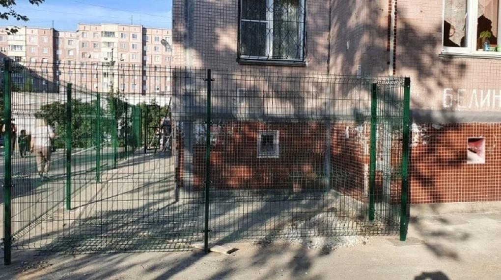 Дети мешали: председатель ТСЖ в Новосибирске самовольно установила двухметровый забор во дворе дома