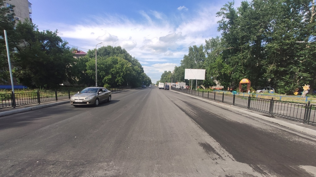 Омичи раскритиковали отремонтированную дорогу на Бархатовой, которую уже затопило