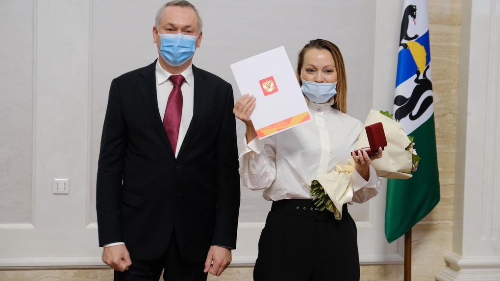Губернатор вручил новосибирским волонтёрам памятные медали от имени Владимира Путина