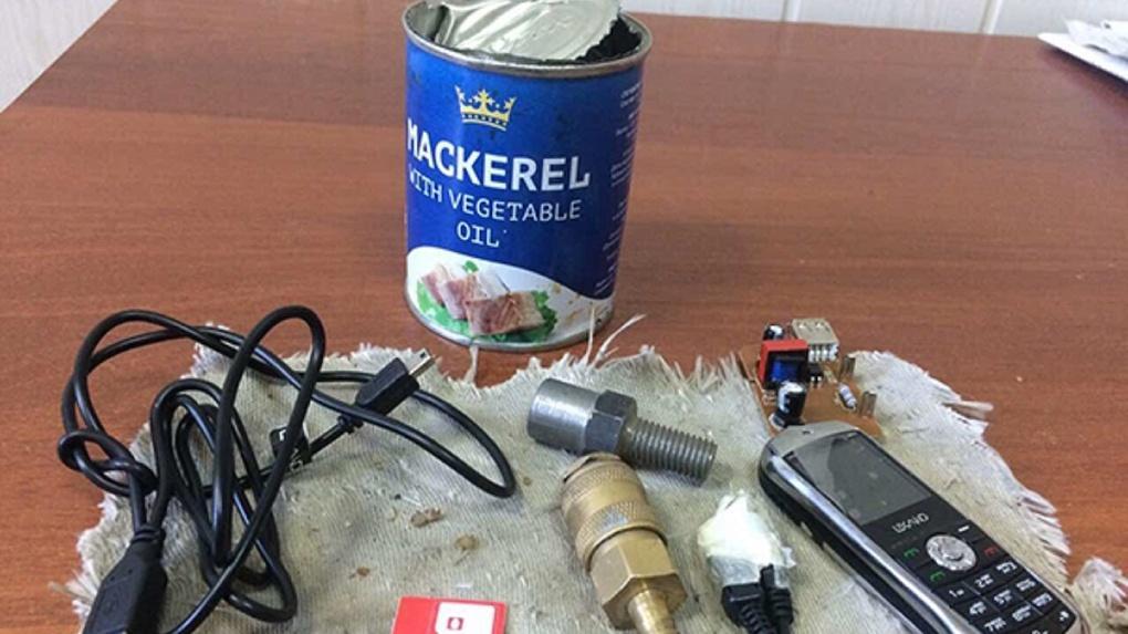Омич прислал во Владимирский централ запрещённые предметы, спрятанные в консервы