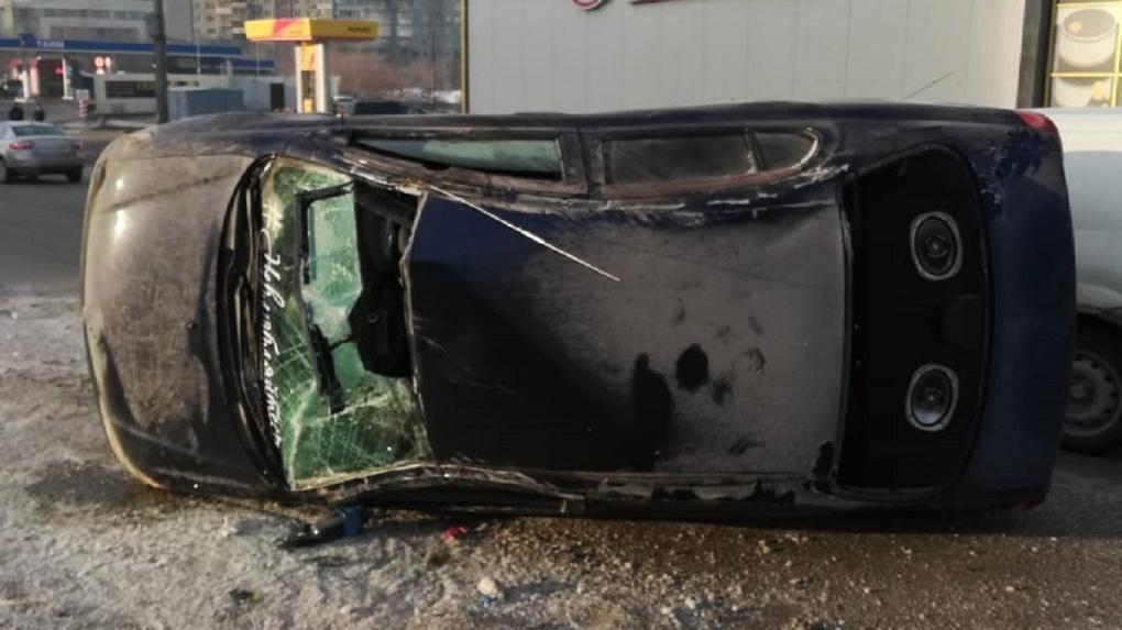 В Новосибирске машина перевернулась набок, автомобилист получил сотрясение головного мозга