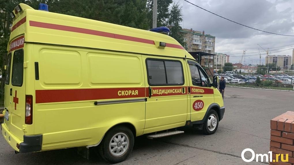 В центре Омска машина снесла забор, сбив другое авто и пешехода. ФОТО
