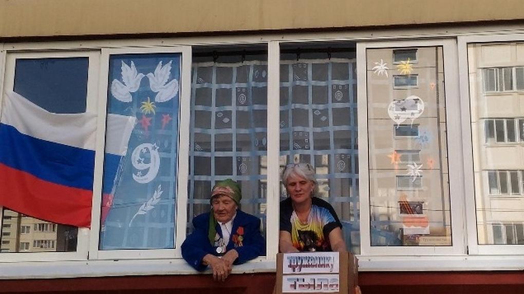 Омские артисты спели под окнами для трёх тружениц тыла