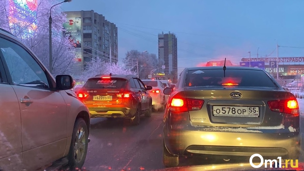 Снегопад в Омске привёл к 8-балльным пробкам на дорогах