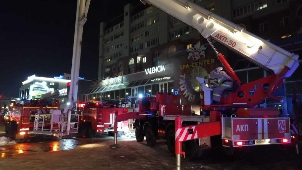 Пожар тушили 47 человек. В СПА-салоне едва не сгорели 13 омичей