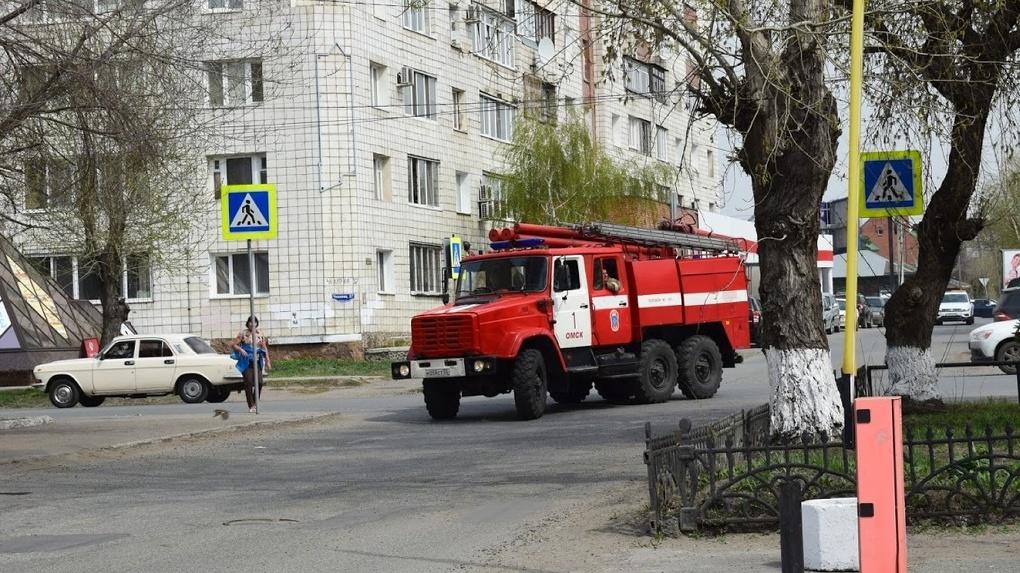 К штормовому предупреждению в Омске добавилась угроза крупного пожара