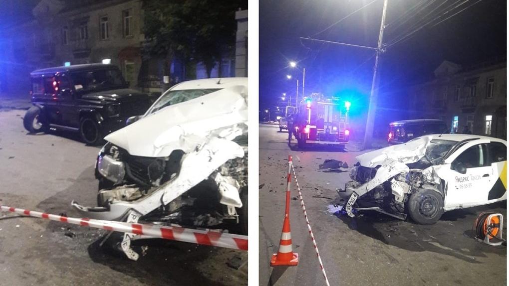 В Омске в смертельной аварии с такси погибли два человека