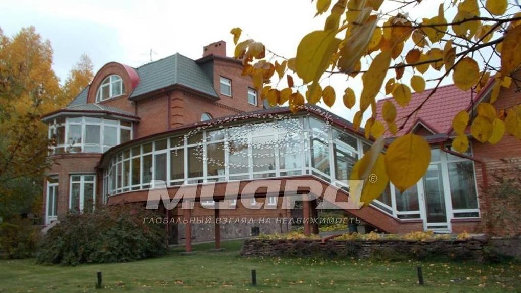 В Омске почти за 20 млн рублей продается родовое имение с баней, тренажерами и зоной для променада