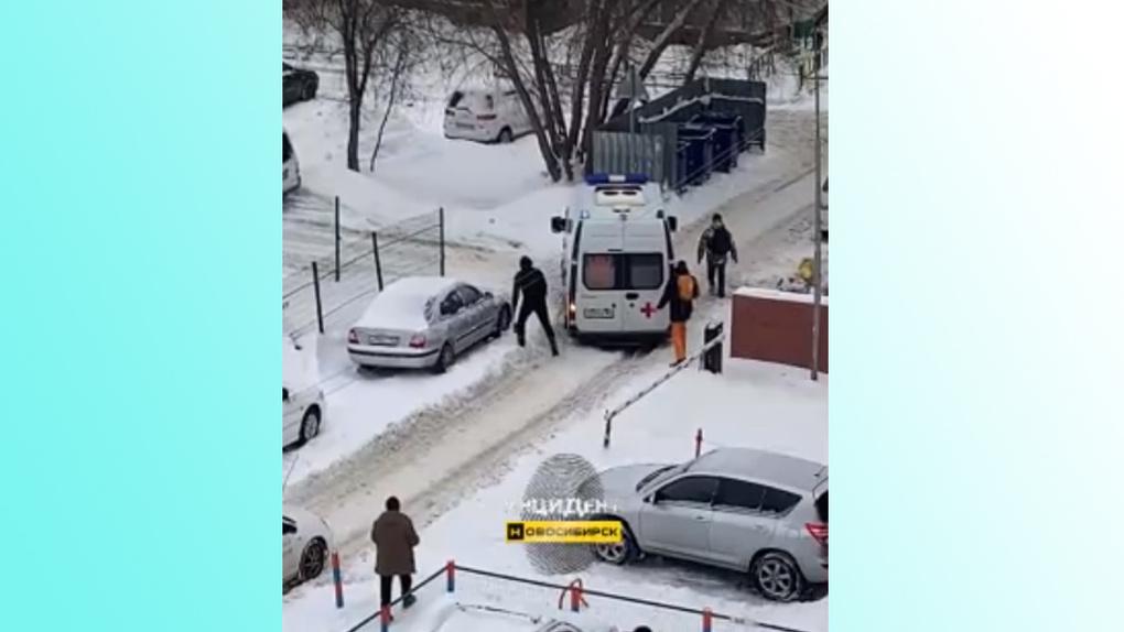 Скорая увязла в снегу в центре Новосибирска