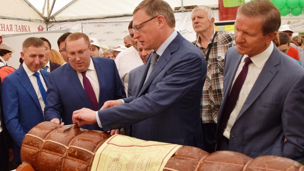 Губернатор оценил самую большую колбасу в Омске от «Сибколбас»