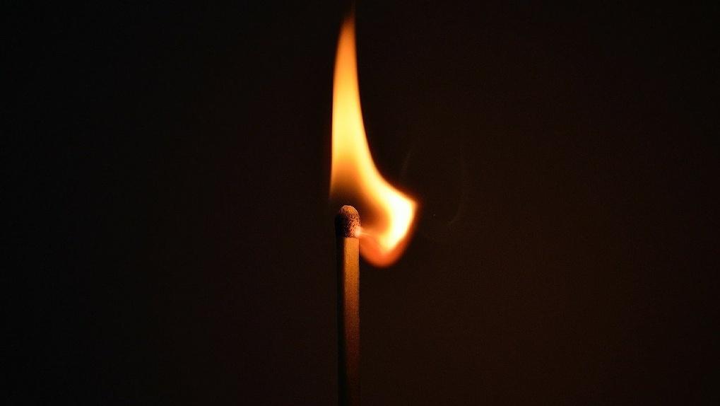 Сгорели, отмечая праздник: в Омске двое мужчин стали жертвами огня