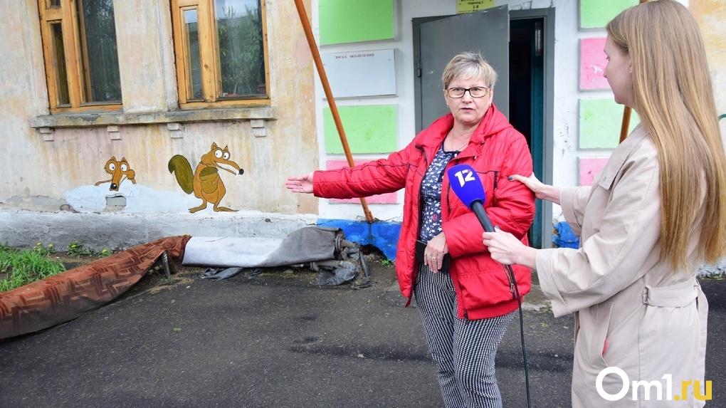 В Омске управляющая компания не дает провести капремонт 65-летнего дома с протекающей крышей