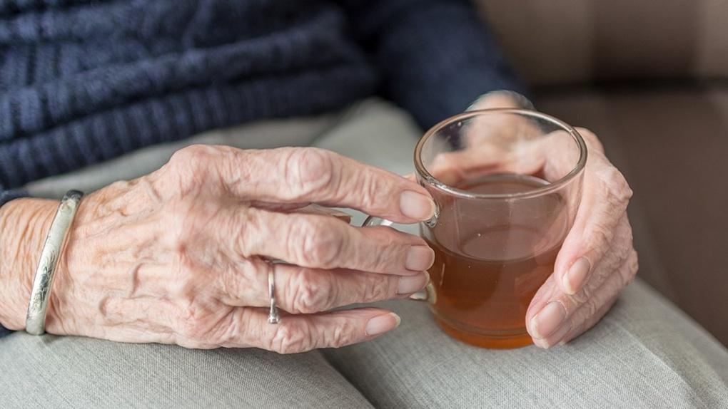 Пожилая омичка уехала из дома в день выплаты и лишилась пенсии