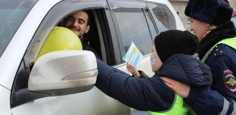 Школьники вышли на дороги Омска, призывая сбавить скорость - фото
