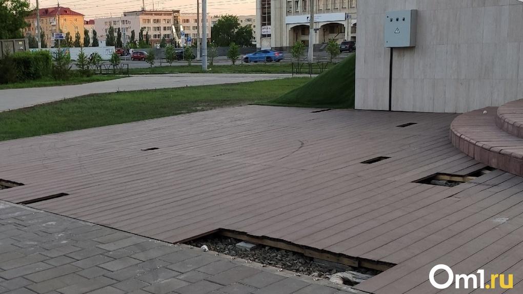 В Омске начали заделывать знаменитые дырки на бульваре Мартынова