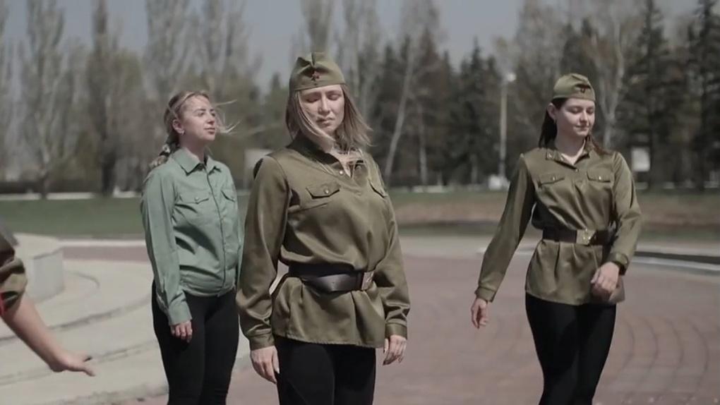 В День Победы омички надели военную форму и попрыгали на батутах у мемориала