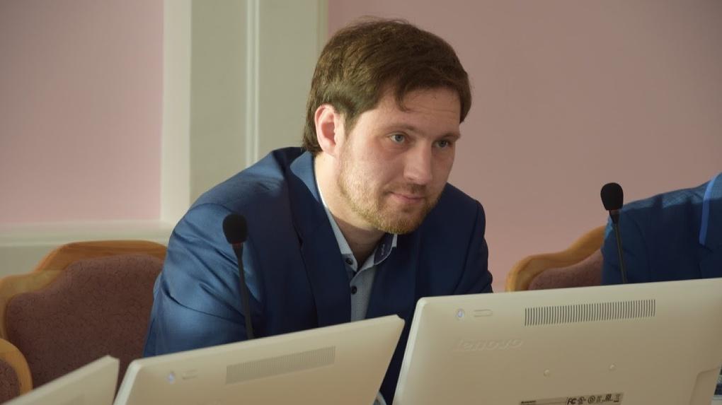 Депутат Петренко, которого должны были сегодня лишить прав, продолжает ездить на машине по Омску