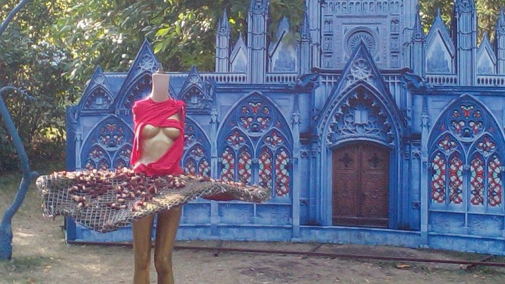 Омские вандалы оторвали голову балерине с выставки «Флора»