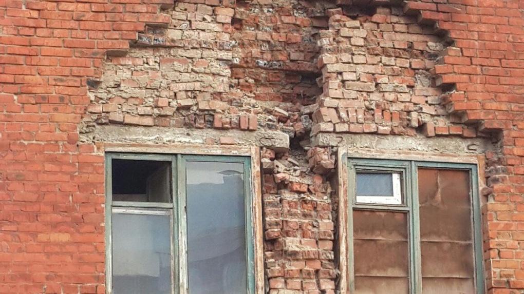 Жители разрушающегося дома могут погибнуть под обвалами