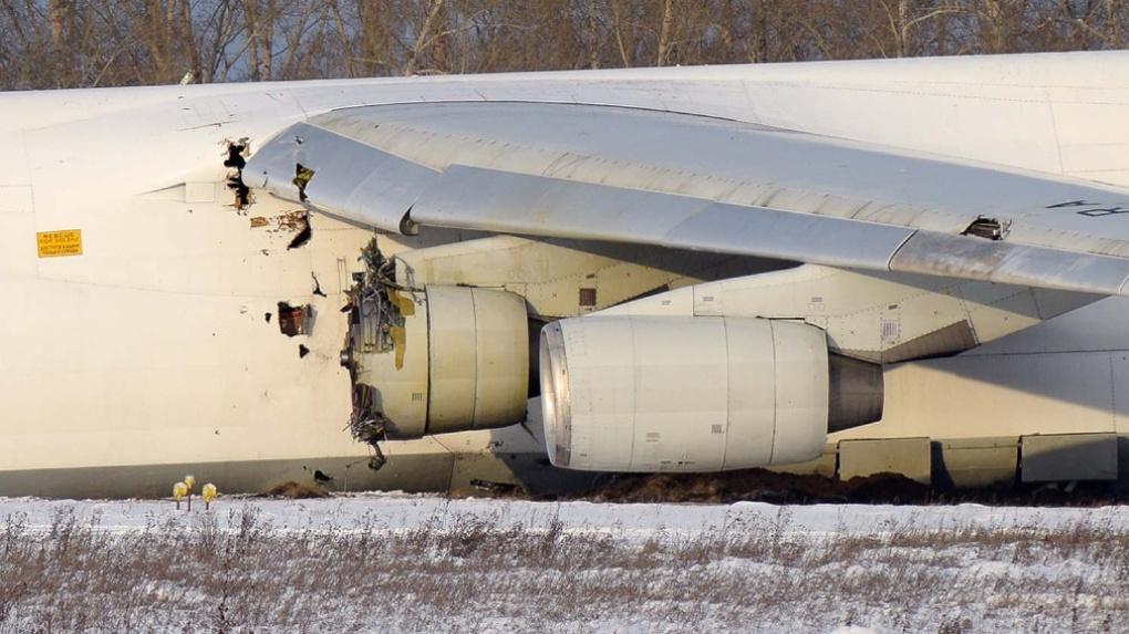 Появилось видео, как аварийно севший в новосибирском аэропорту самолёт Ан-124 вытаскивают из снега