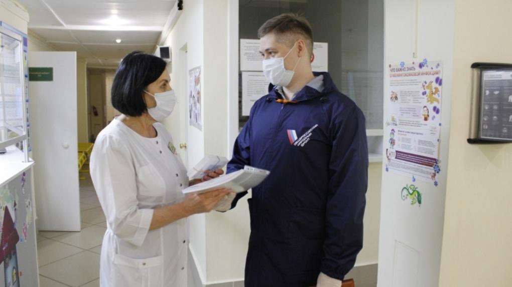 Активисты подарили новосибирским медикам сертификаты в салоны красоты