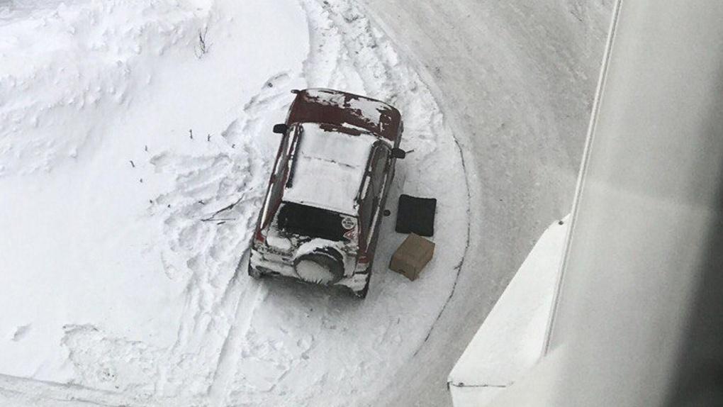В Омске под машиной на улице Завертяева найдена граната