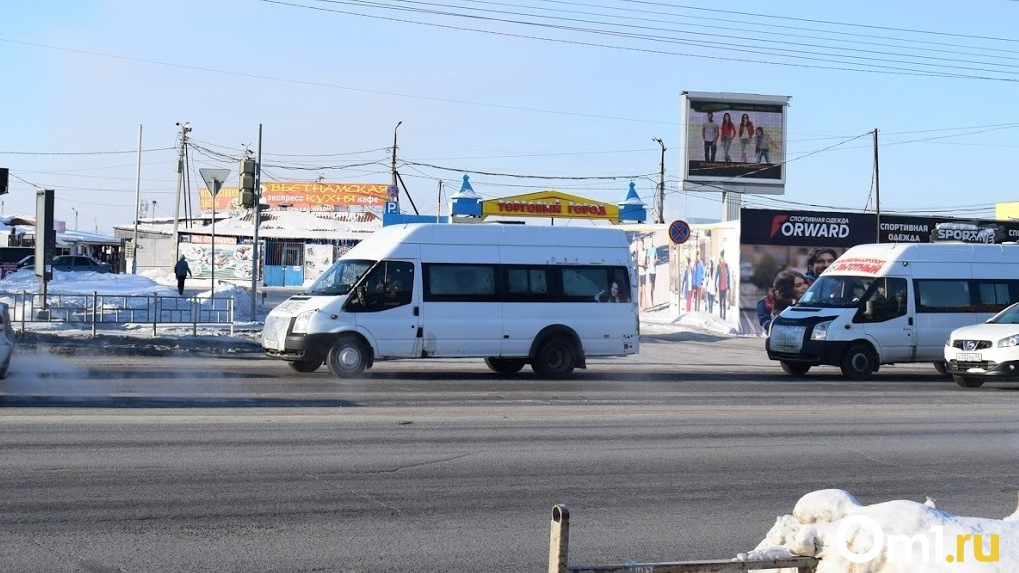 В Омске водитель маршрутки отобрал у пассажирки банковскую карту, требуя наличность (Видео)