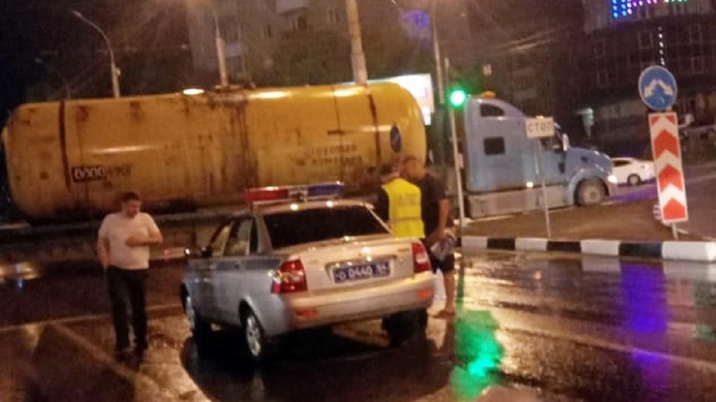 В Новосибирске фура с цистернами оборвала провода
