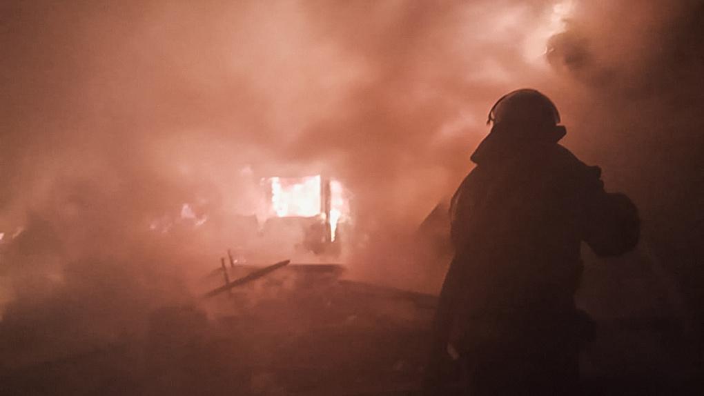 Два дома и надворные постройки: в Омске произошел крупный пожар