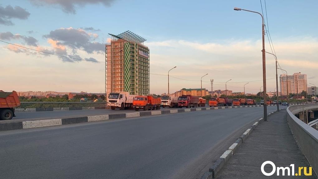 Больше десятка грузовиков: в Омске начали испытывать на прочность Фрунзенский мост. Фото
