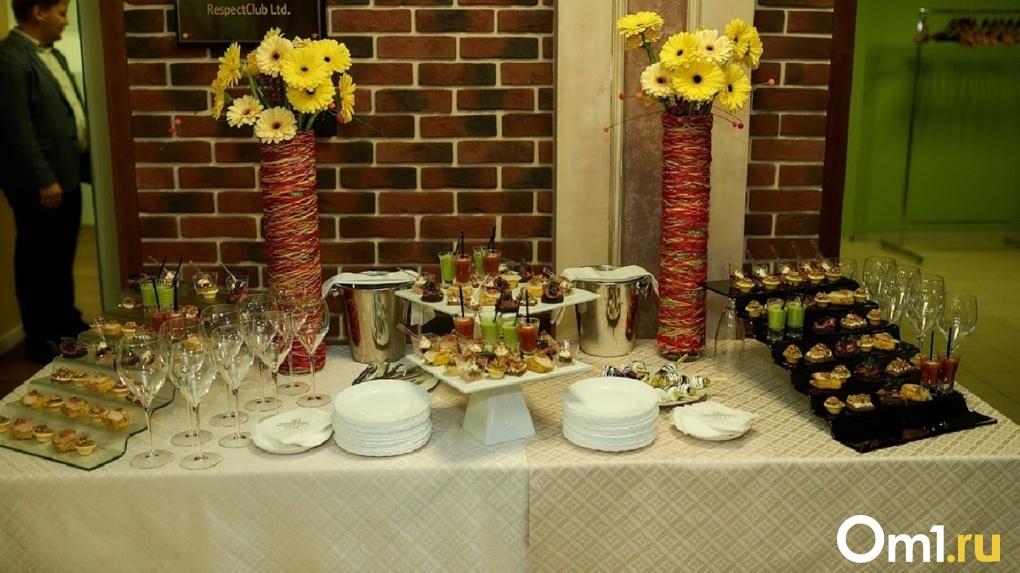 Ассорти из морепродуктов, рулетики из языка, капрезе – чем кормит гостей омское правительство?