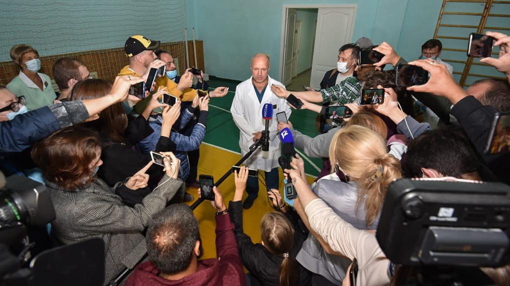 Немецких врачей вывезли из больницы. После этого заявили, что те не против оставить Навального в Омске
