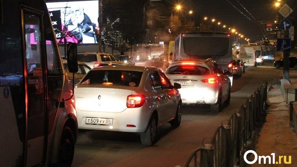 Омичи встали в огромную пробку из-за массового ДТП на центральной улице