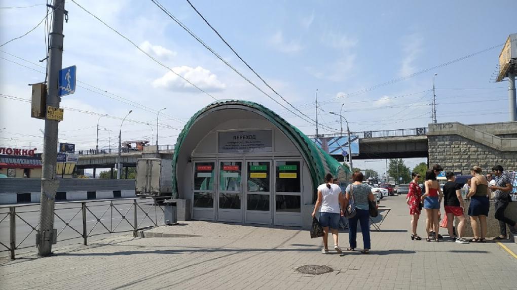 Пешеходный переход у Речного вокзала в Новосибирске перекрыли из-за ремонта водовода